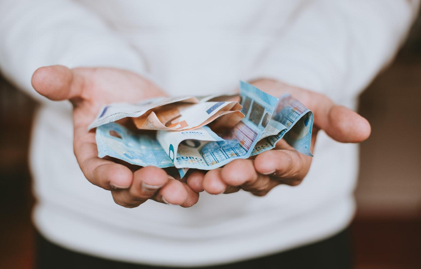 italiani-legati-soldi-contanti